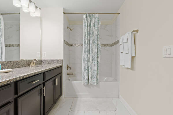 Ensuite bathroom with a shower/tub combo