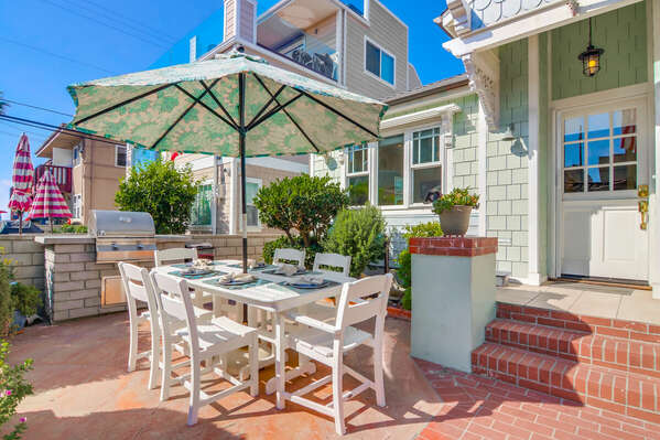 Outdoor Dining and Built In BBQ Grill