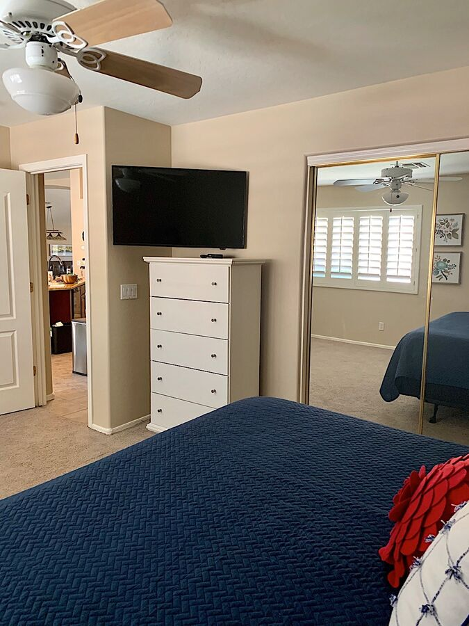 Guest bedroom - Flat screen TV with cable