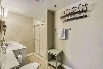 queen bed room bathroom