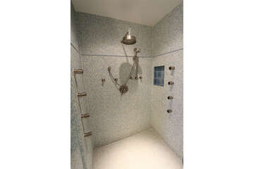 Large walk-in shower with multiple wall jets