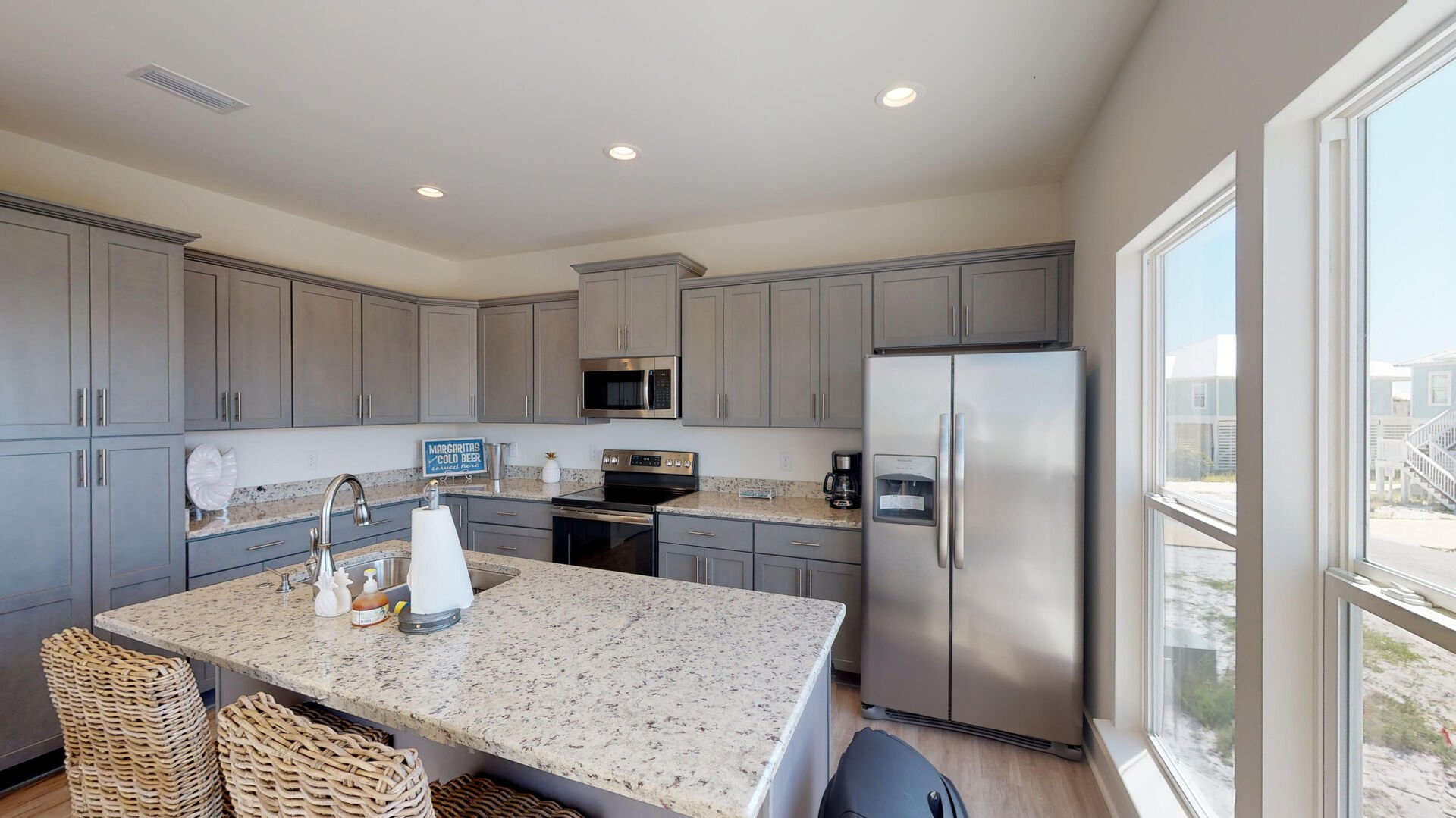 Fully equipped Kitchen with Island seating for two