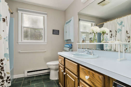 Full Bathroom 50 Blue Heron Eastham Cape Cod - New England Vacation Rentals