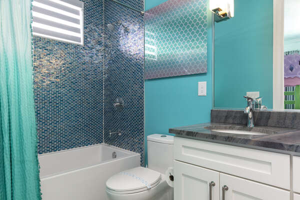 Ensuite bathroom with a shower/tub combo 00