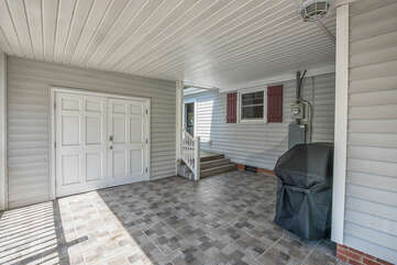 Covered tiled patio - great for grilling in the occasional southern storm!