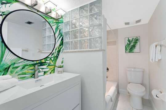 Tropical master ensuite with tub/shower