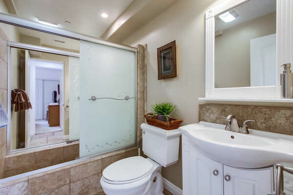 Dual Guest Bathroom, Tub/Shower