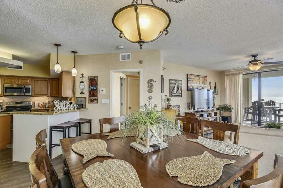 Dining Area for 6 with Extra Seating at the Breakfast Bar