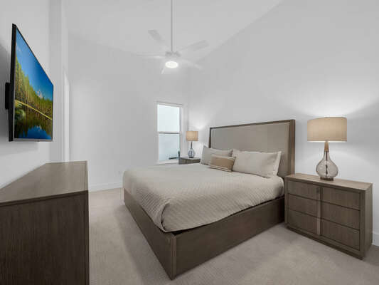 Ground floor bedroom with a king size bed
