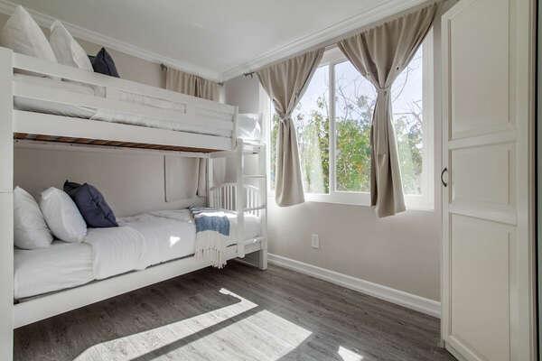 Bunk Bed in Bedroom Can Sleep 2 Guests.