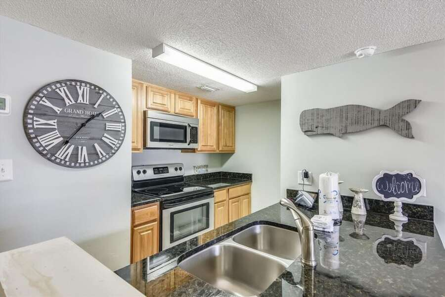 Fully Equipped Kitchen with Granite Countertops and New Cabinets