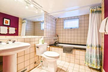 Single Bathroom in Violet Cottage Rental