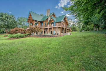 Azalea Retreat-The Lodge settled right on the shores of Lake Norman - lots of green space for family and friends.