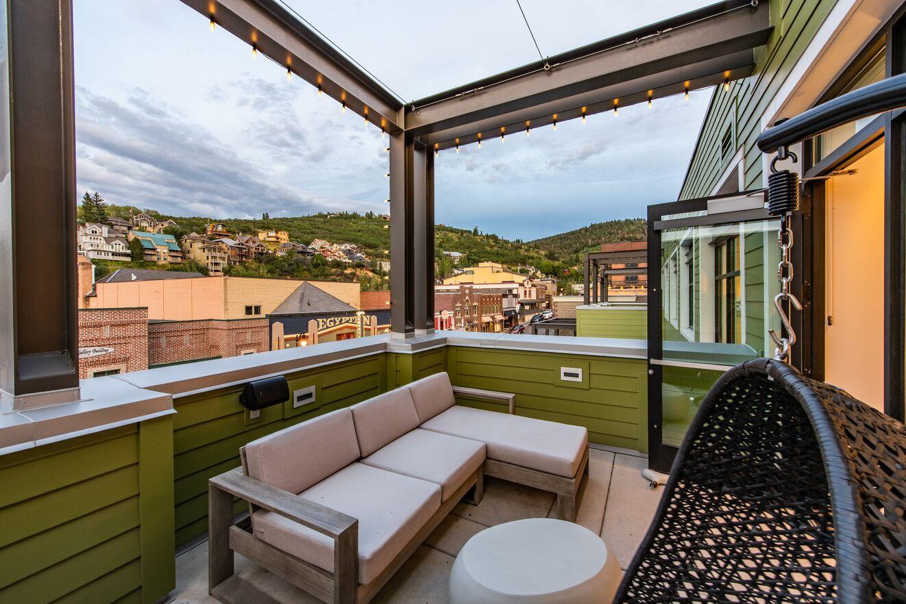 Private Balcony & Main Street Views