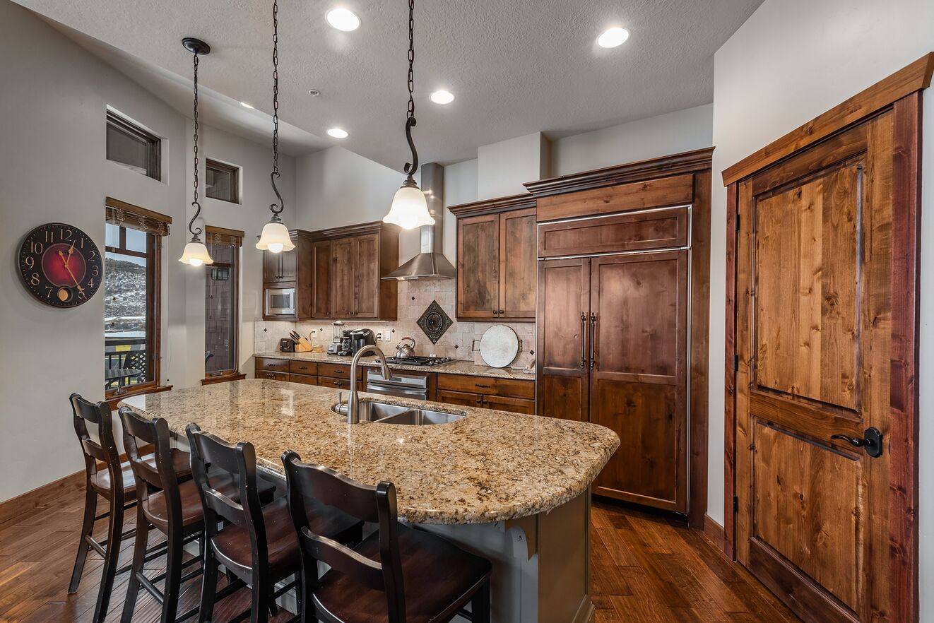 Breakfast Bar & Gourmet Kitchen