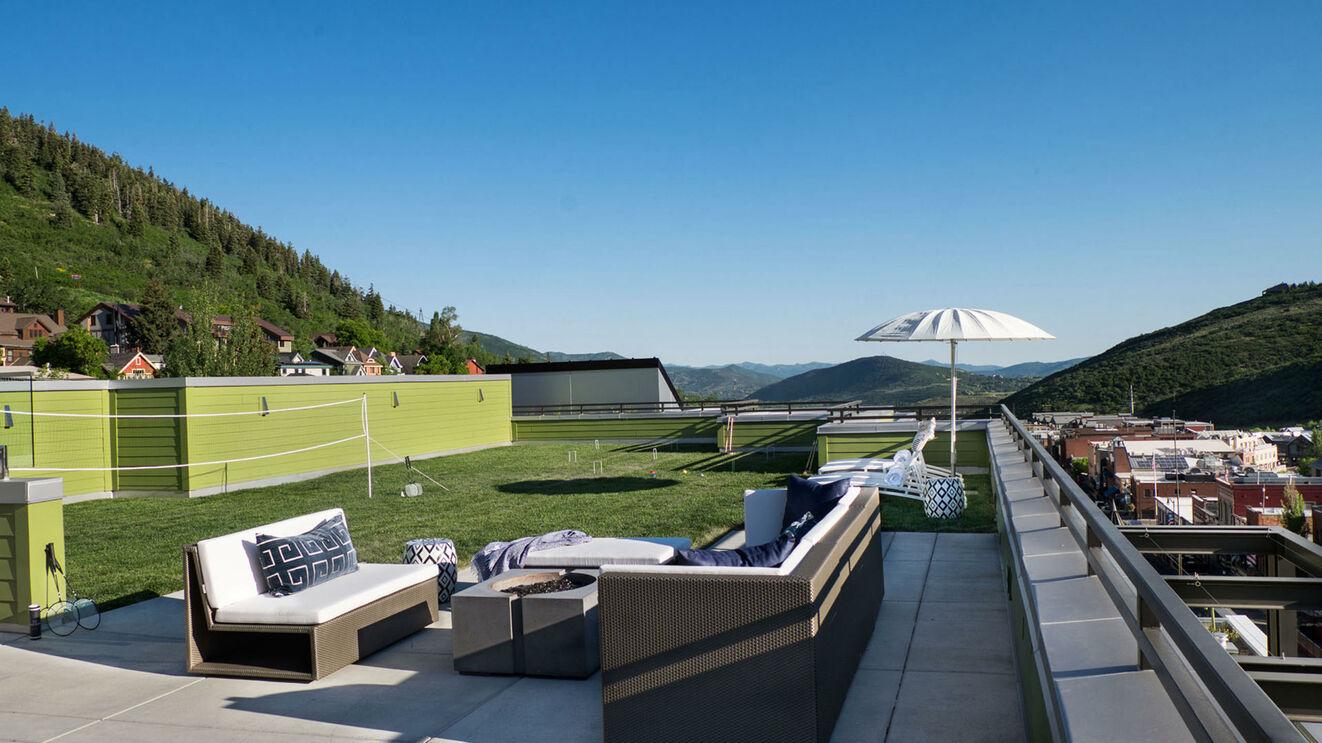Upper Deck Entertainment Lawn