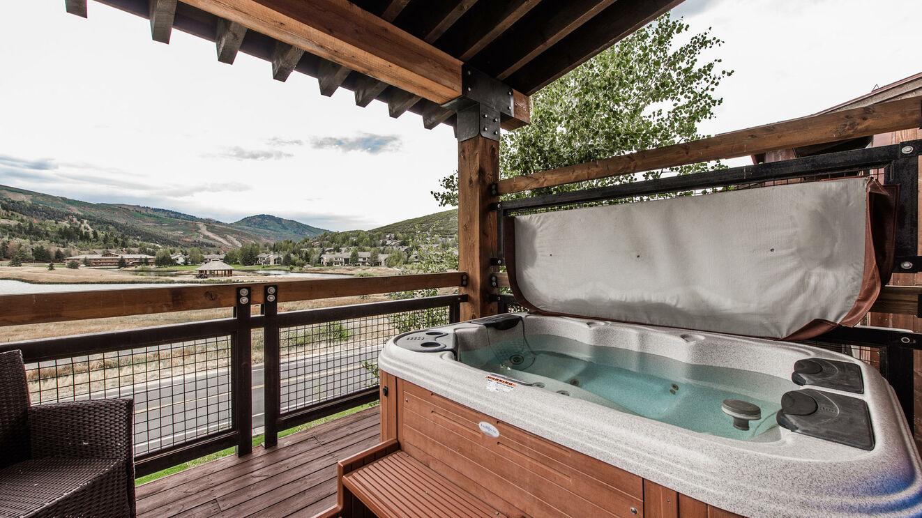 Private 4-6 Person Hot Tub