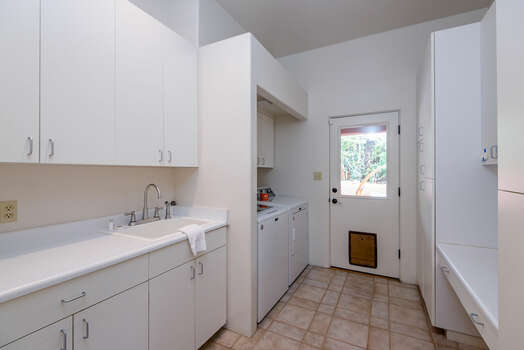 Laundry Room with Full-Size Washer / Dryer and Doggie Door - Up to Two Dogs Allowed