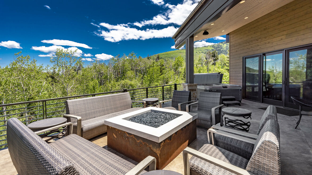 Private Fire Pit & Large Deck