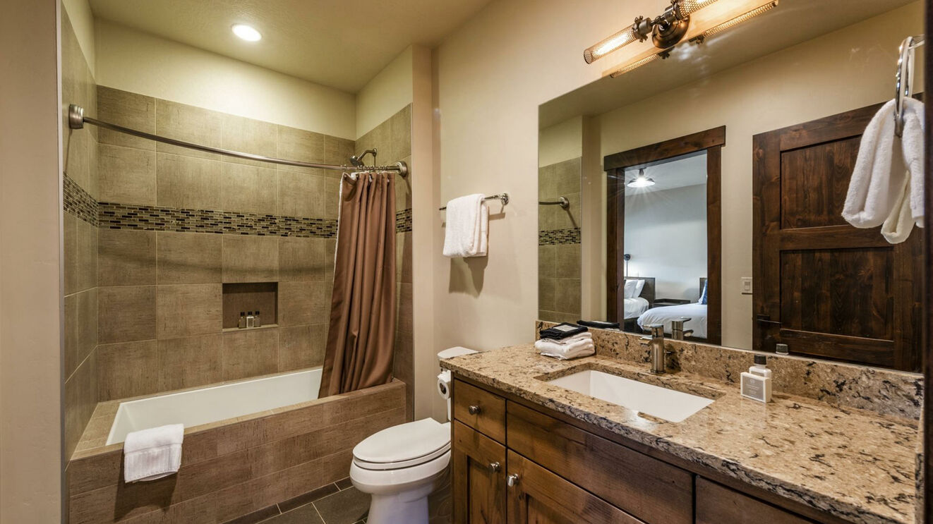 Guest Suite 3's Shared Bath
