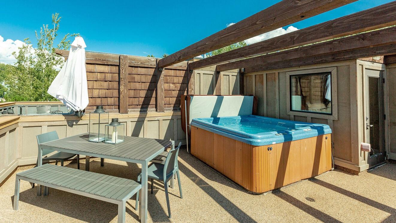 Rooftop Deck & Outdoor Dining
