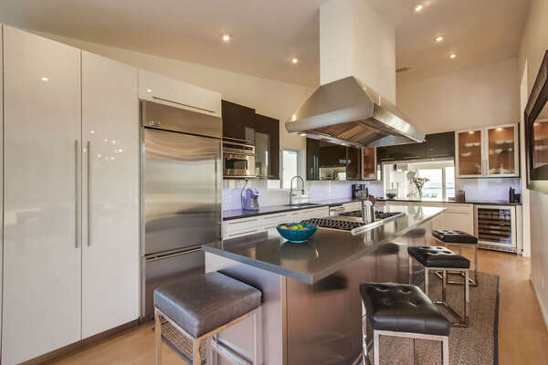 Deluxe Kitchen with Breakfast Bar seating for four