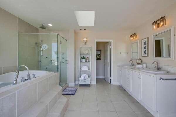 Master En-suite - Large shower & bathtub with water jets
