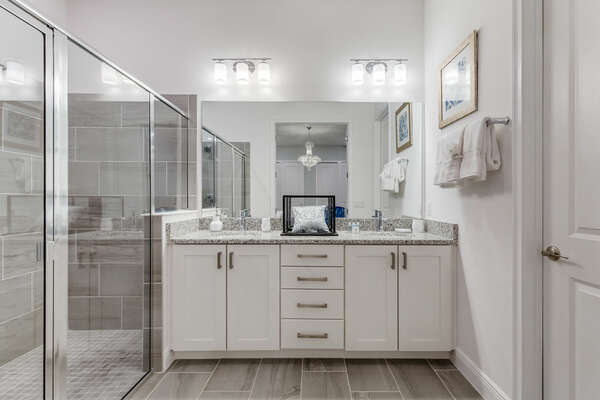 The regality doesn't stop in the ensuite bath