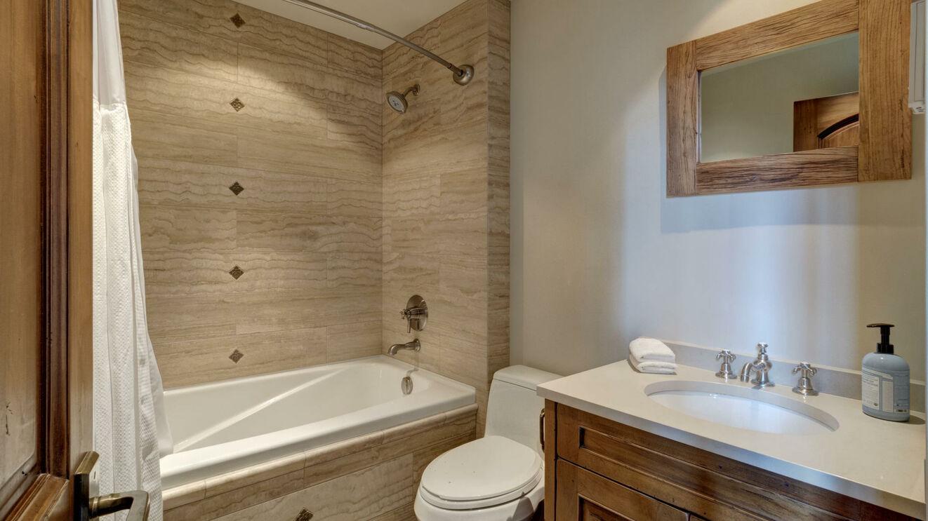 Private Guest House Ensuite Bath
