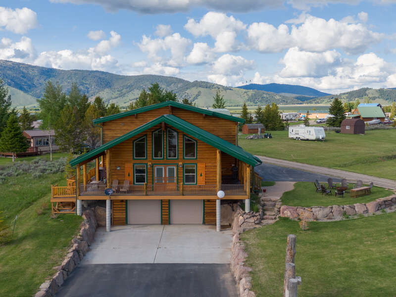 Henrys Hawk ~ a stone throw from Henrys Lake w/ gorgeous lake and mountain views