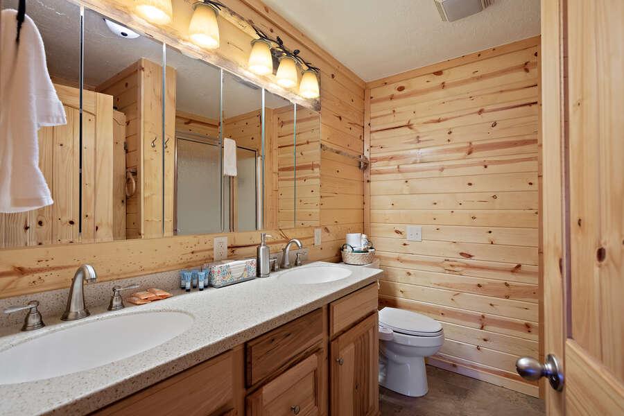 Henrys Hawk ~ shared full bathroom on main level
