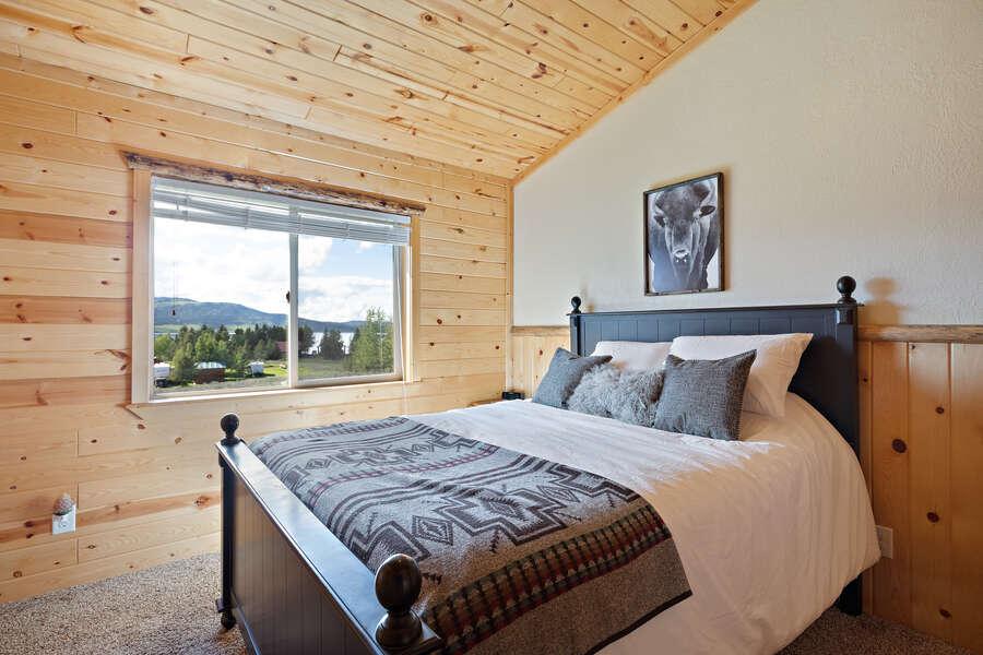 Henrys Hawk ~ 3rd bedroom on upper level w/ a queen bed