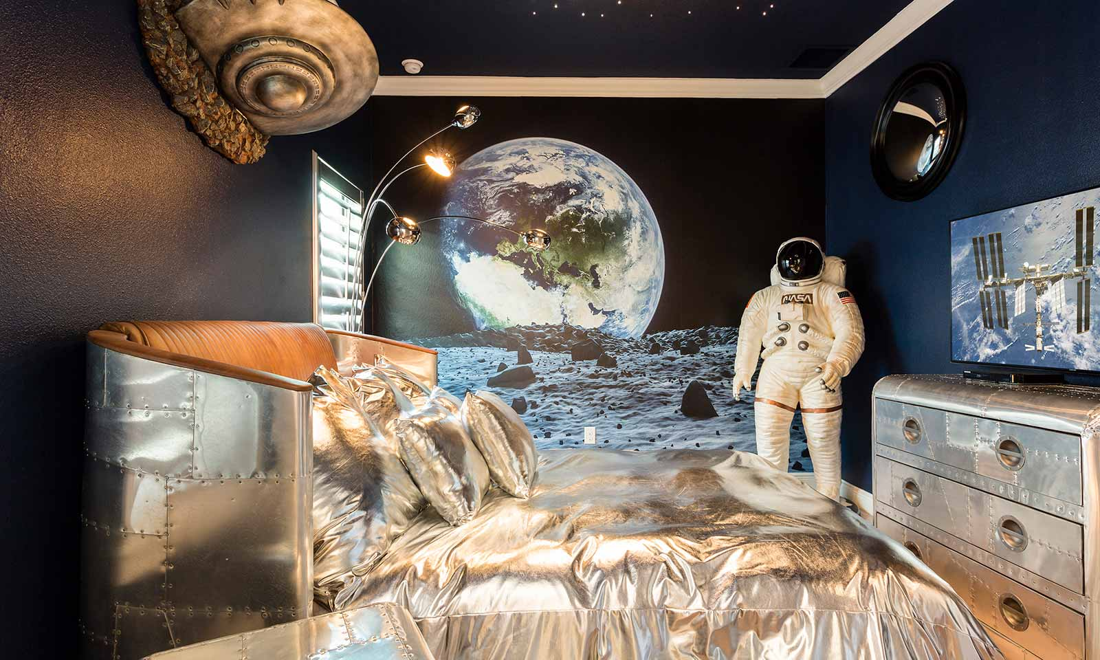 [amenities:Space-Themed-Bedroom:2] Space Themed Bedroom