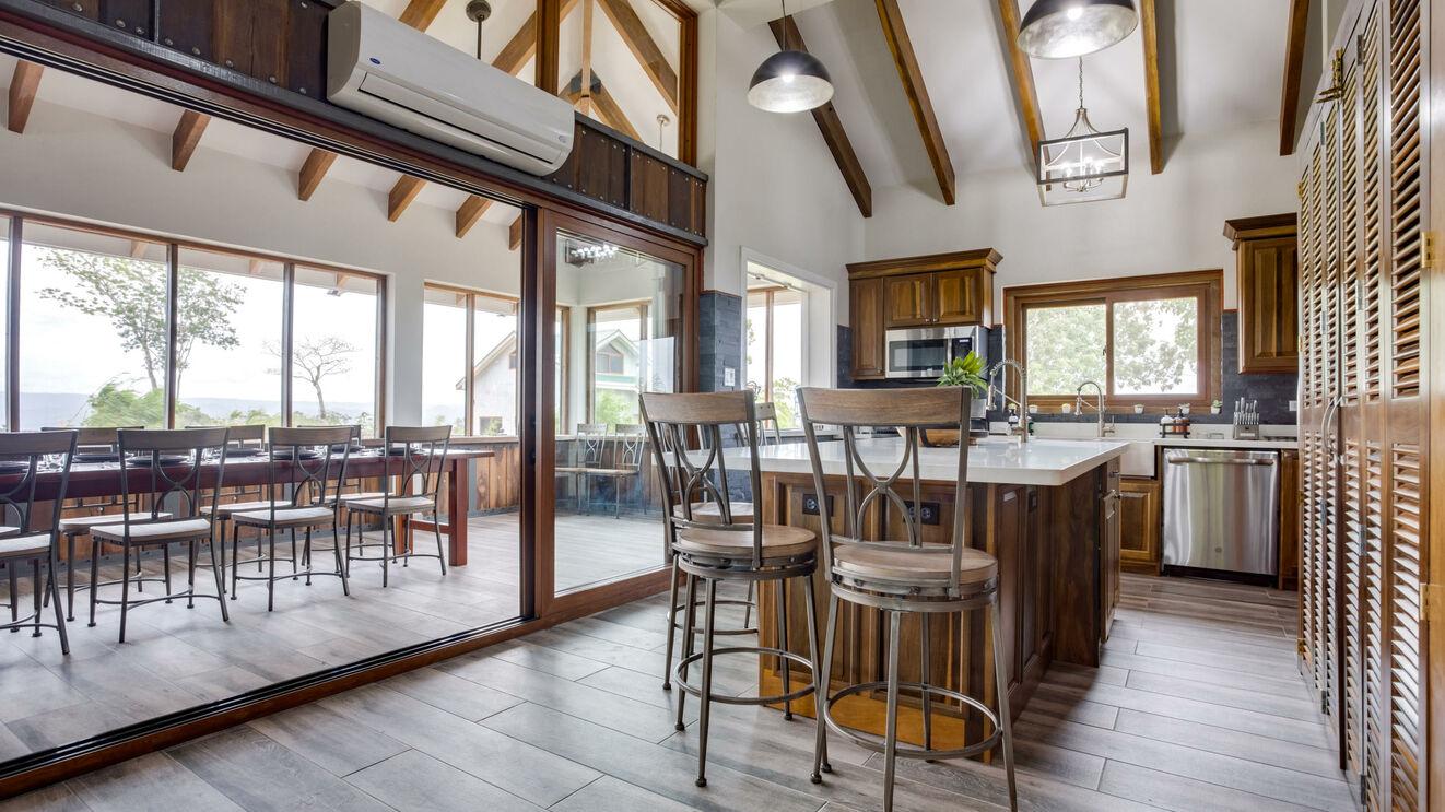 Breakfast Bar & Gourmet Kitchen
