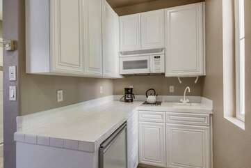 The casita has a full kitchen with fridge/freezer, stove top, sink, microwave & plenty of cabinets