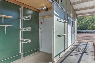 The guesthouse has direct access to the climate controlled and lighted tack room.