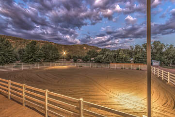 Lighted arena allows for early morning and evening rides.
