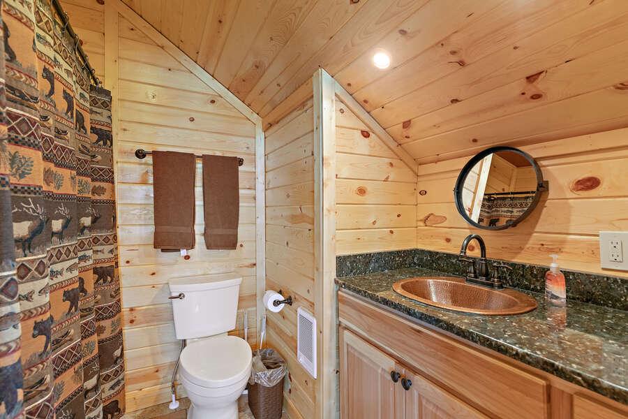 Shotgun Sunset ~ upper level shared bathroom w/ shower/tub combo