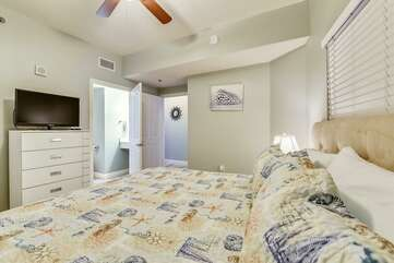 (King) Master bedroom with private bathroom