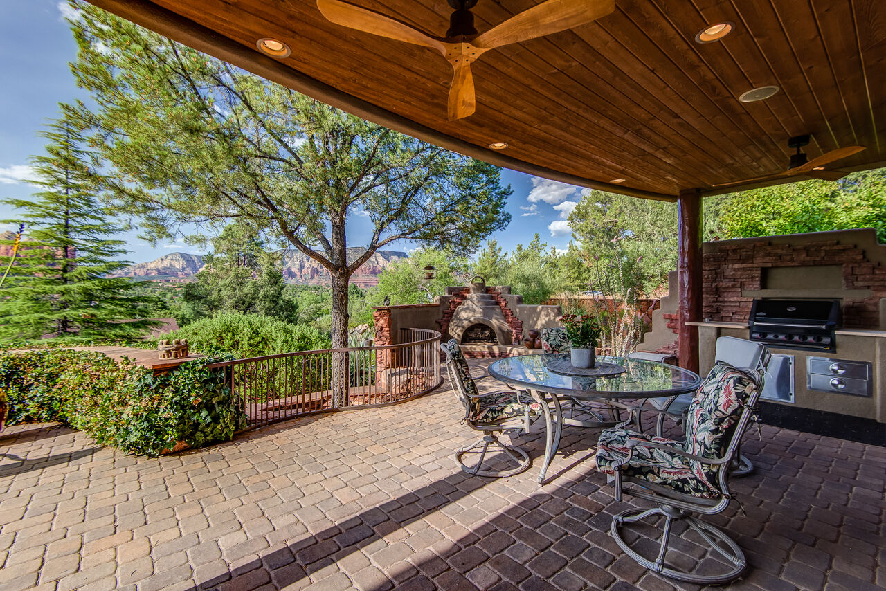 Outdoor Built-in Natural Gas BBQ and Outdoor Dining Under a Covered Patio