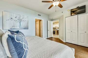 (King) Master bedroom with double closet for guests and private bathroom