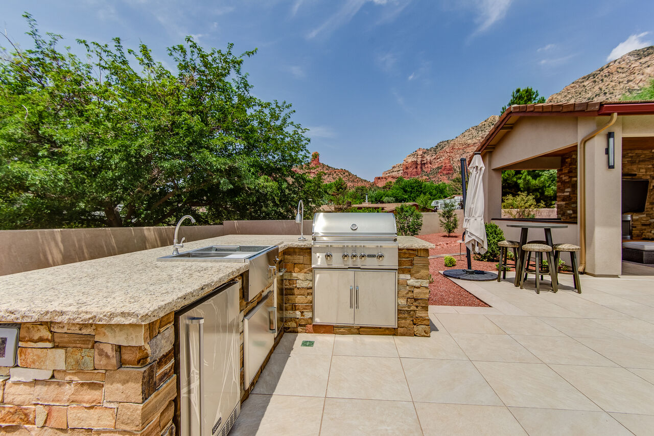 Outdoor Kitchen with a Stainless Steel 36