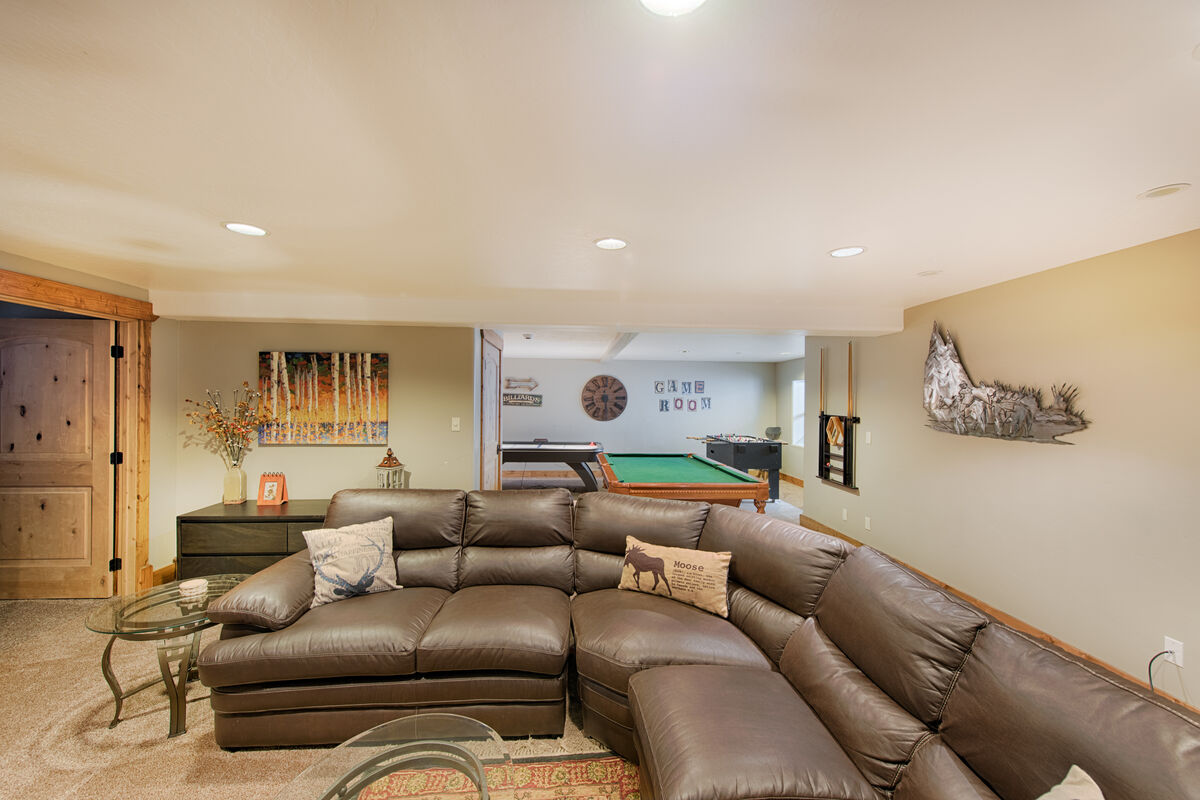 Downstairs lounge and game room with 64