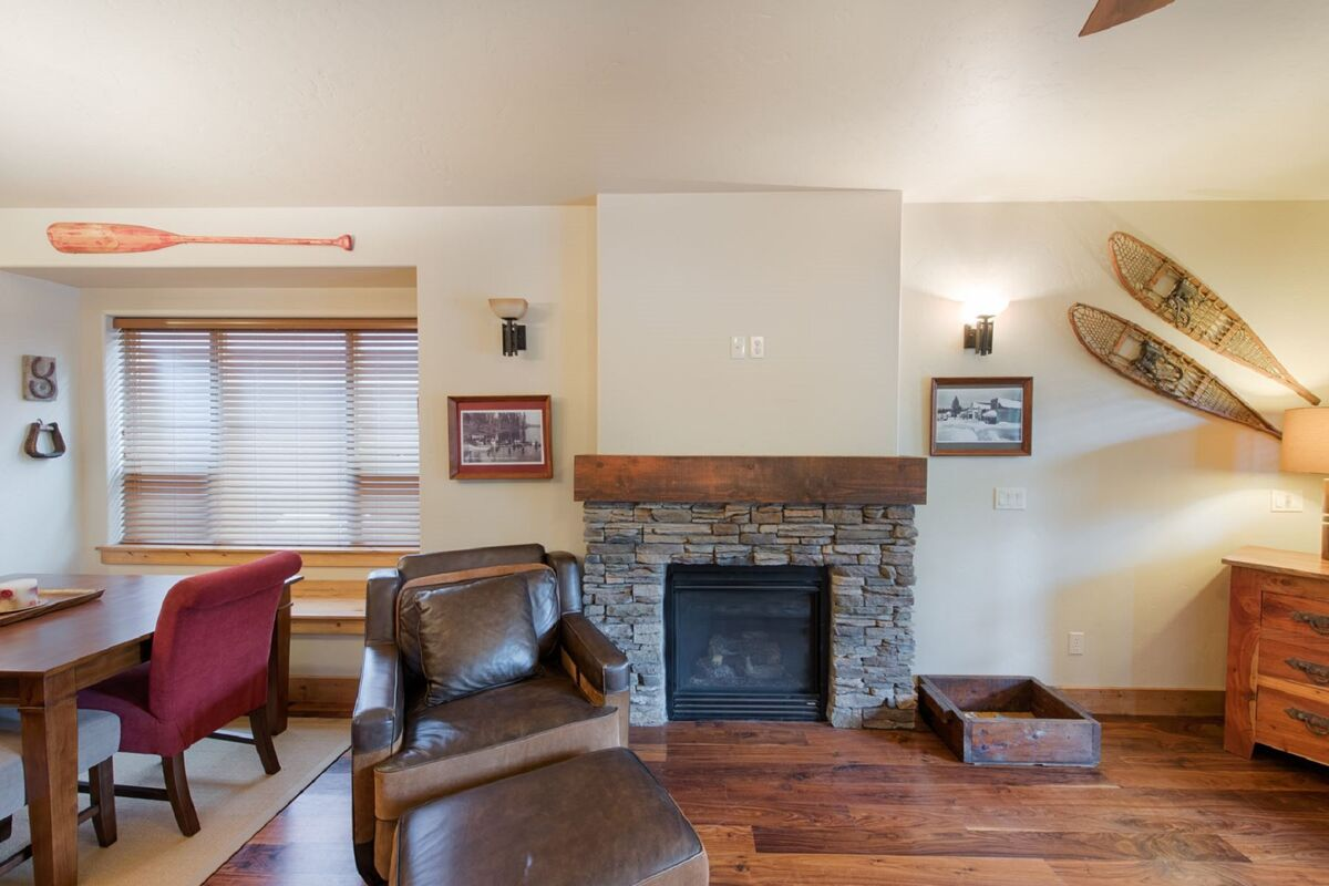 TV room - please note fireplace is inoperable