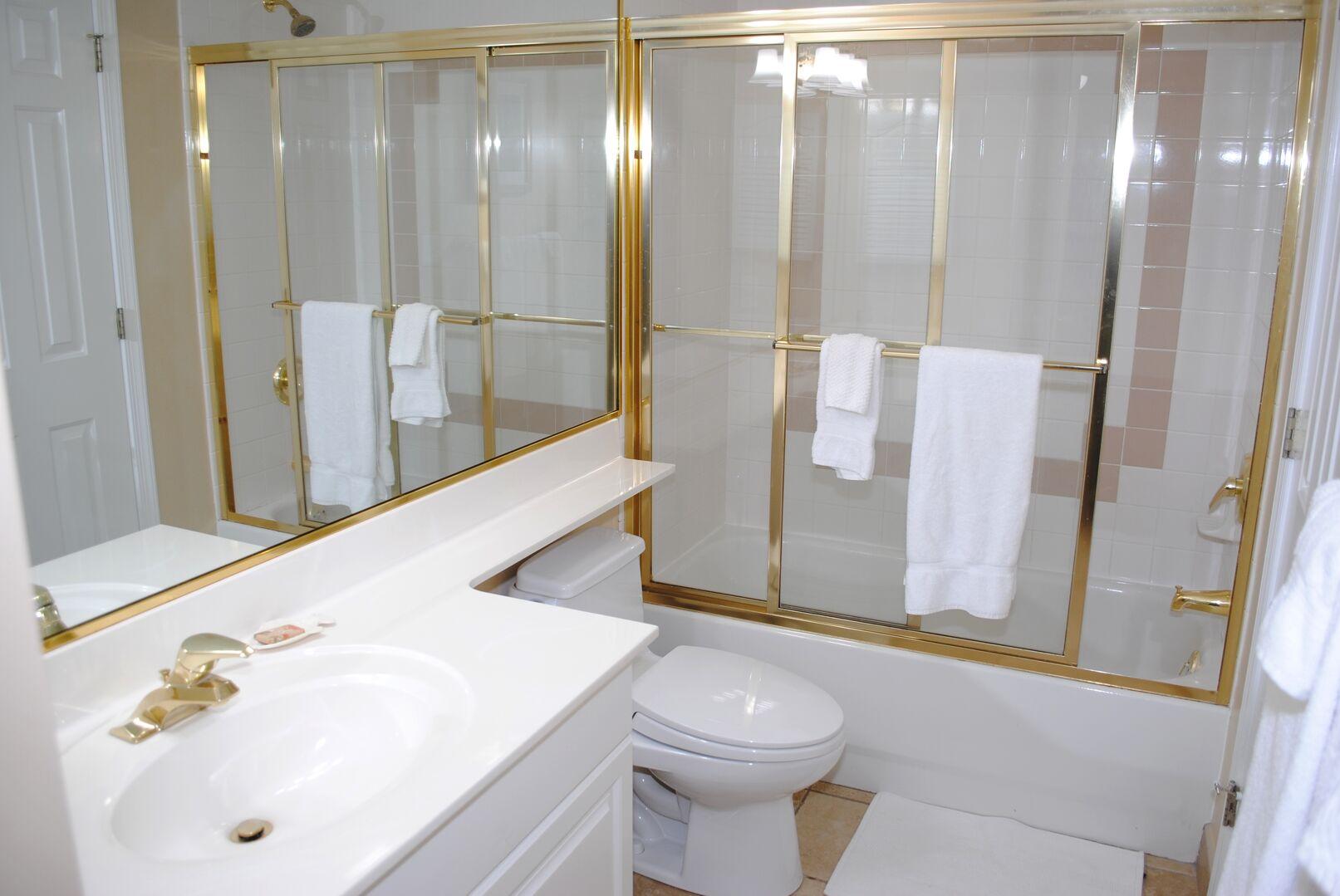 Bathroom between hallway and twins bedroom