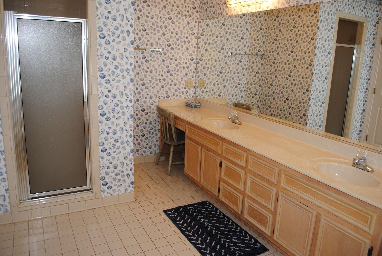 Queen Bathroom - Second Floor
