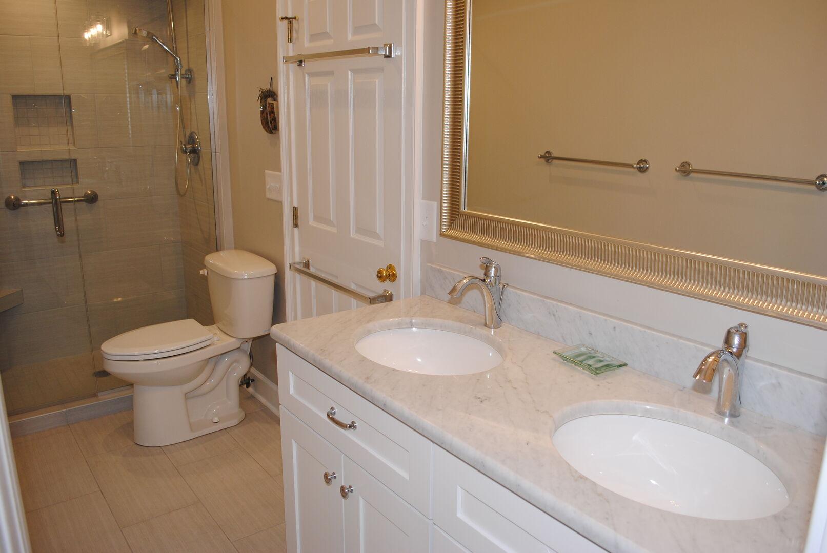Hallway Bathroom (Connects to Queen Bedroom) - First Floor