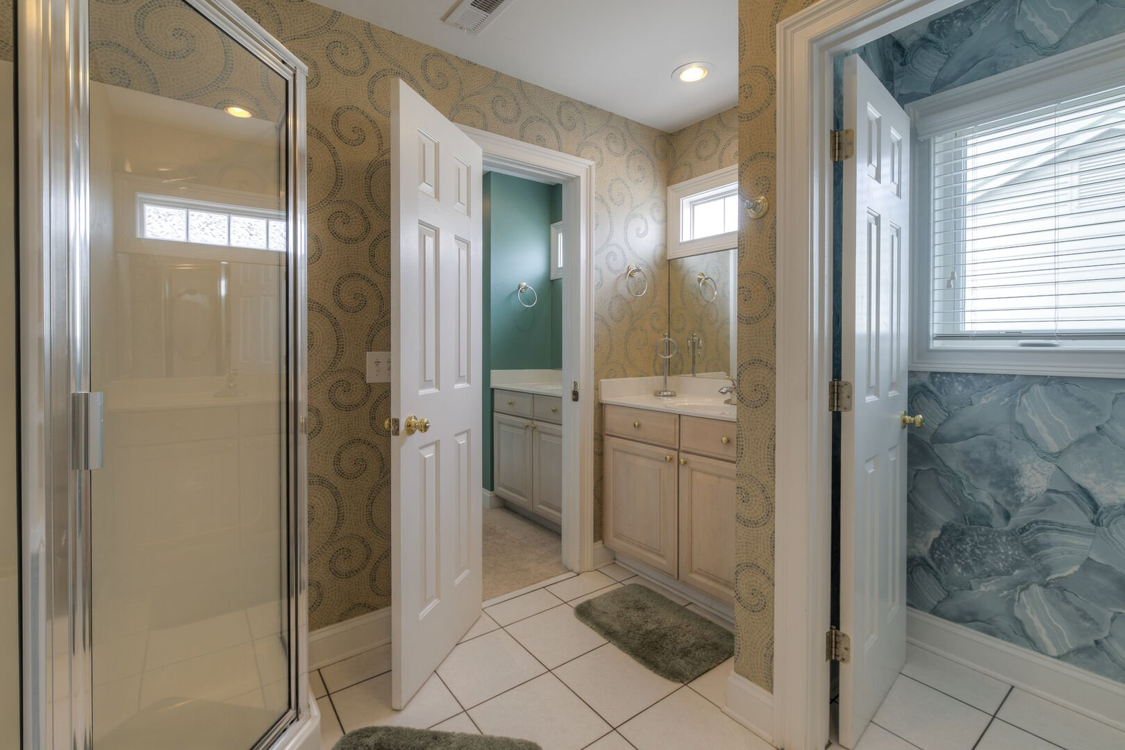King Bathroom Shared with Queen - Second Floor