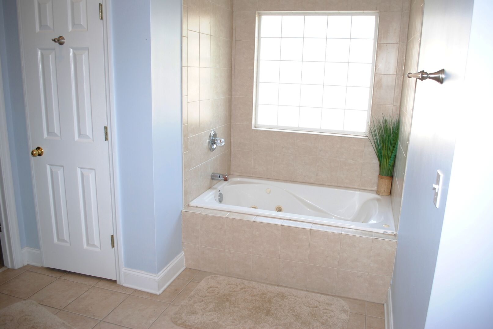 Shared Bathroom (King and Twin) - First Floor