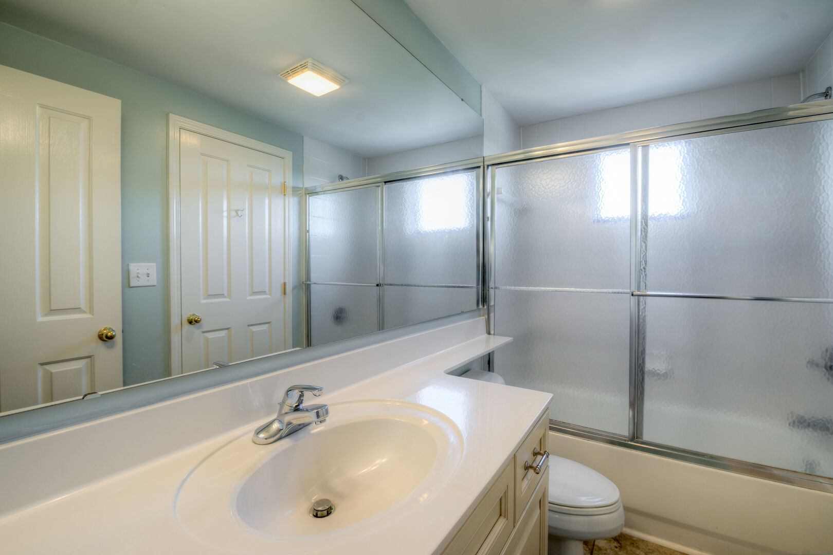 Shared Bathroom (Queen and Twins)